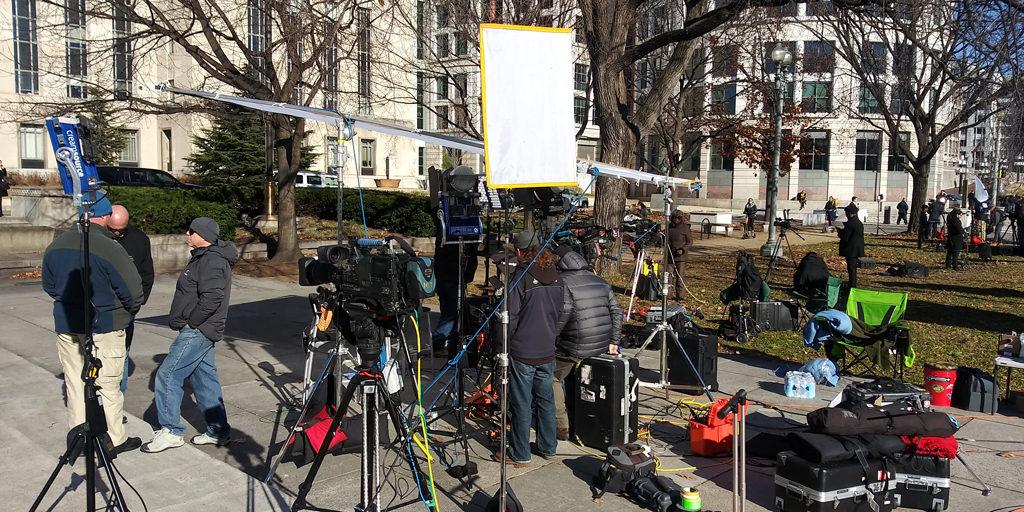 Журналисты перед зданием окружного федерального суда Вашингтона, округ Колумбия. 18 декабря 2018.